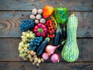 Verdure miste su un tavolo