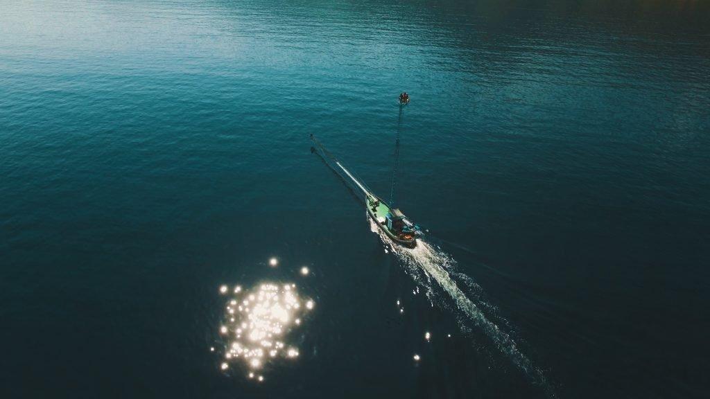 barca al largo durante la pesca