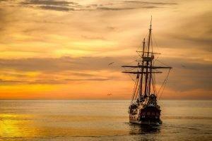 Nave storica al tramonto